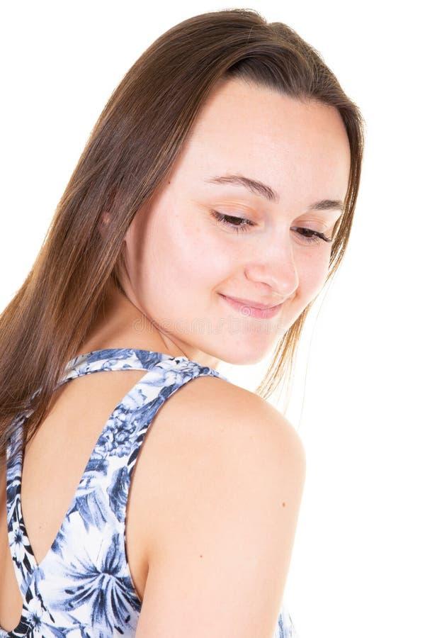 Jeune belle femme pensant le regard songeur vers le bas d'isolement au-dessus du fond blanc images stock