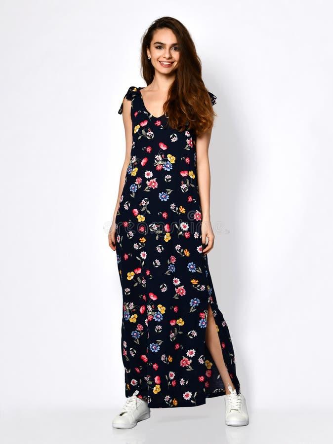 Jeune belle femme posant dans la nouvelle robe de mode de modèle de fleur sur le plein corps de hautes collines sur un blanc photo libre de droits