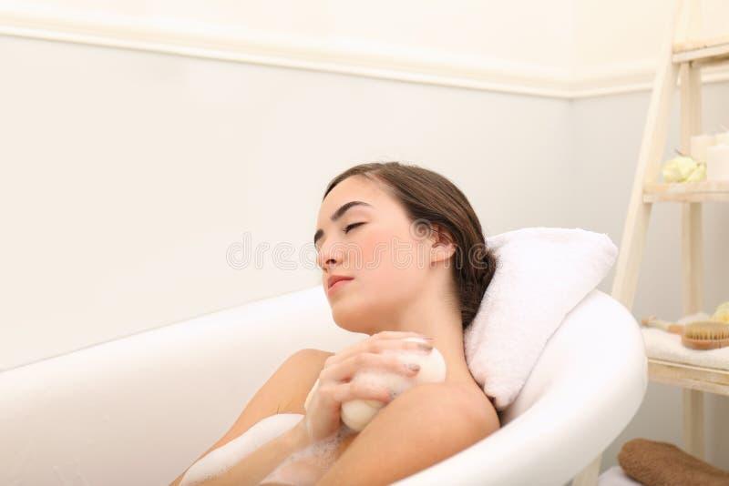 Jeune belle femme prenant le bain photo libre de droits