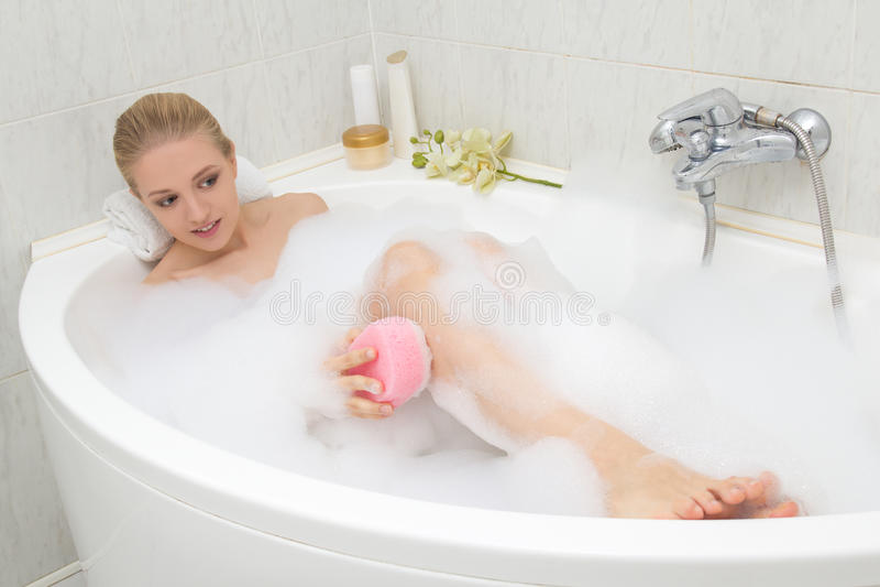 Jeune belle femme prenant le bain moussant images libres de droits
