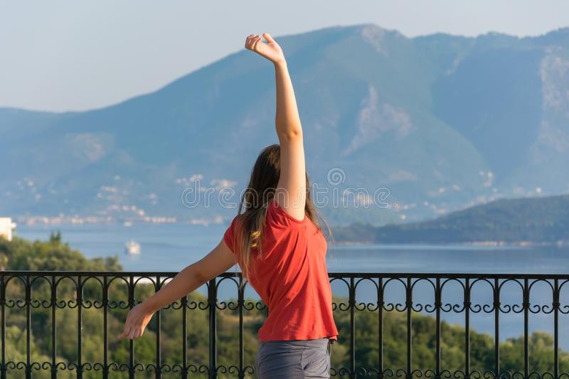 Jeune belle femme regardant le beau paysage marin avec un point de surveillance photos libres de droits