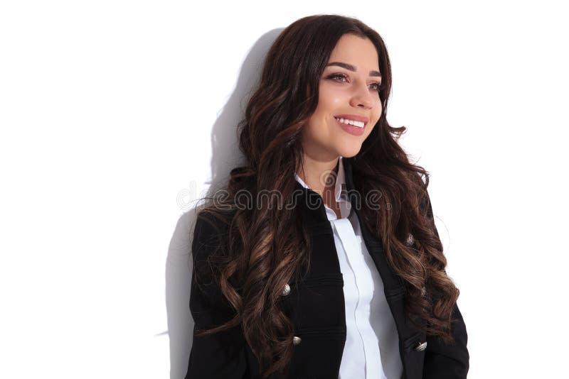 Jeune belle femme riante regardant loin photographie stock libre de droits