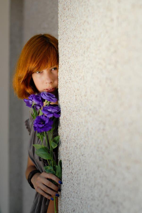 Jeune belle femme rouge de cheveu retenant la copie rose de Chinois pourpré photographie stock libre de droits