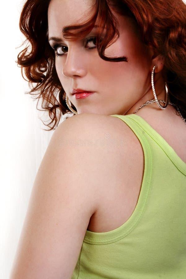 Jeune belle femme rouge sexy en denim photos stock