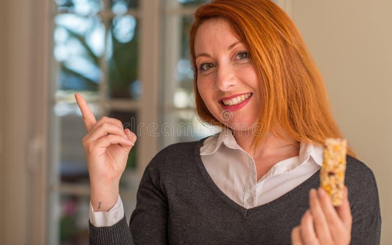 Jeune belle femme rousse à la maison photographie stock