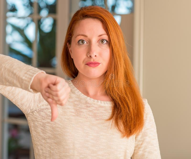 Jeune belle femme rousse à la maison photo libre de droits