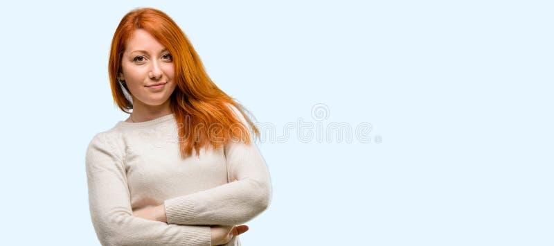 Jeune belle femme rousse au-dessus de fond bleu photos libres de droits