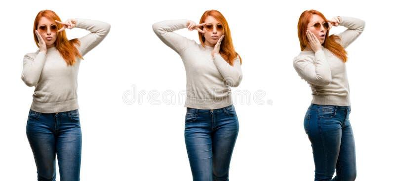 Jeune belle femme rousse d'isolement au-dessus du fond blanc image libre de droits