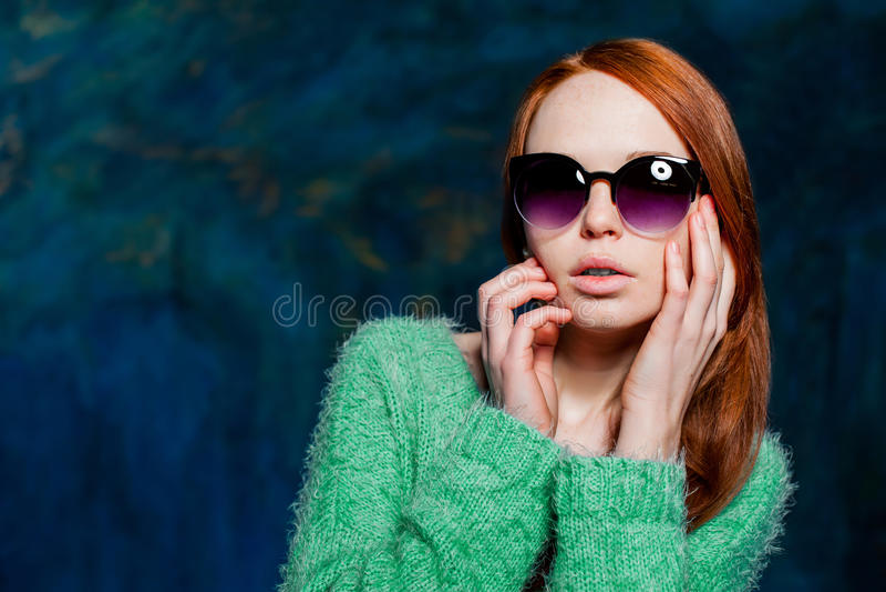 Jeune belle femme rousse dans des lunettes de soleil image libre de droits