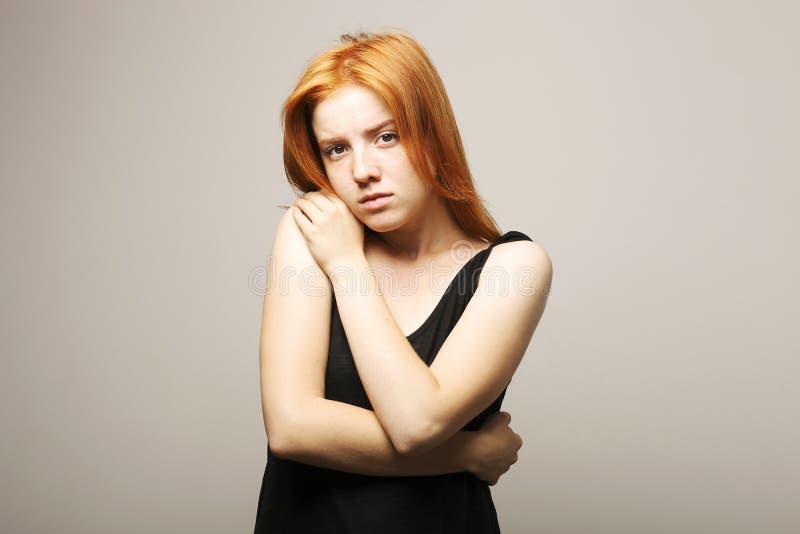 Jeune belle femme, roux naturel attrayant, montrant des émotions, expressions du visage, posant sur le fond d'isolement photographie stock libre de droits