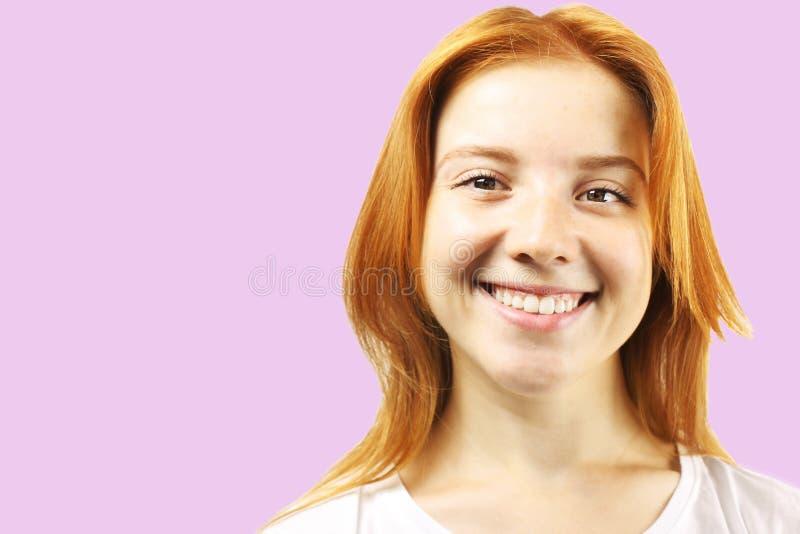 Jeune belle femme, roux naturel attrayant, montrant des émotions, expressions du visage, posant sur le fond d'isolement images libres de droits