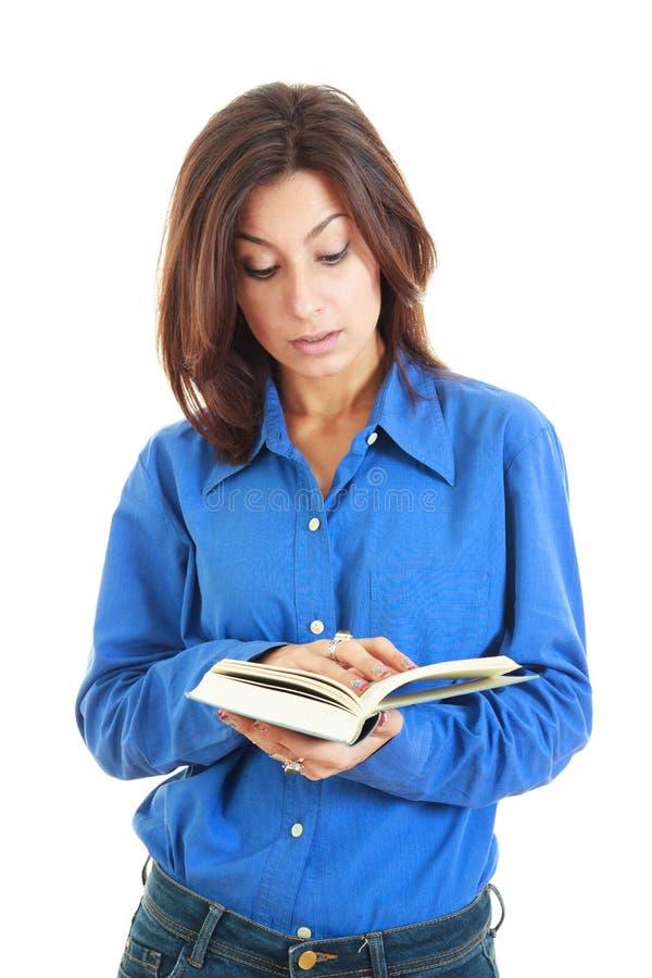 Jeune belle femme sérieuse tenant un livre ouvert images stock