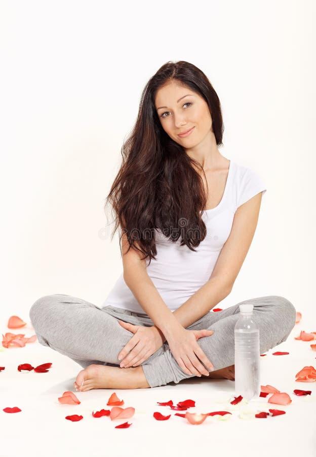Jeune belle femme s'asseyant dans la pose de lotus photo libre de droits