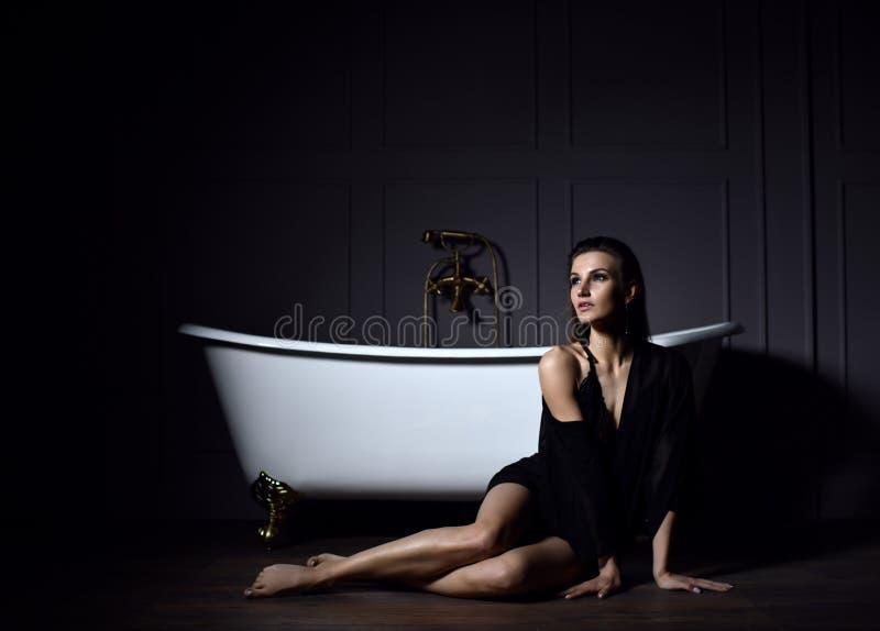 Belle Femme Y Nue Dans Le Bain Avec La Mousse Image