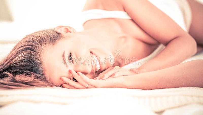 Download Jeune Belle Femme Se Situant Dans Le Lit à La Maison Image stock - Image du femelle, jeune: 87700573