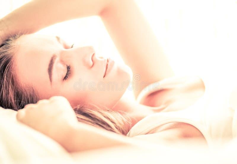 Download Jeune Belle Femme Se Situant Dans Le Lit à La Maison Photo stock - Image du heureux, femme: 87700602