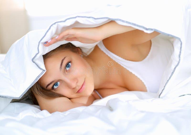 Download Jeune Belle Femme Se Situant Dans Le Lit Sous La Couverture Photo stock - Image du jeune, attrayant: 87701036