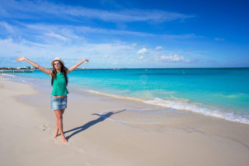 Jeune belle femme sur la plage pendant le tropical images stock