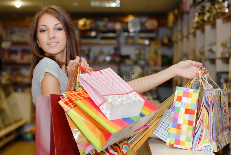 Belle fille tenant des sacs à provisions image libre de droits