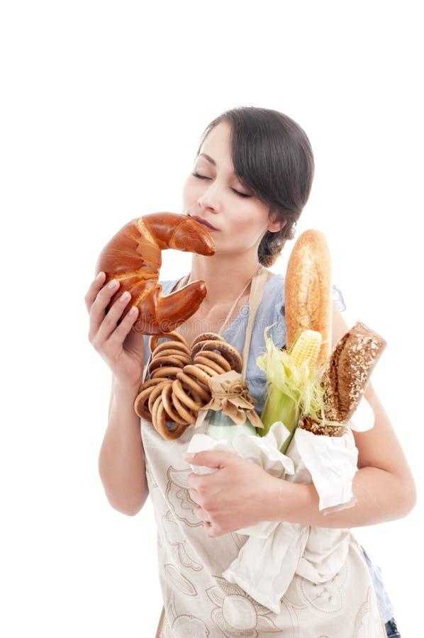 Jeune belle femme tenant des sacs avec du pain frais photos stock