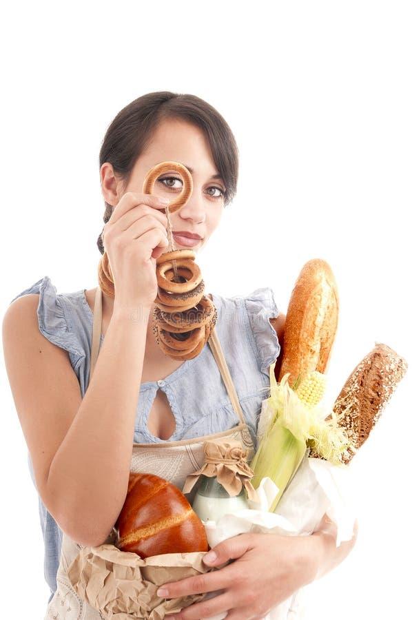 Jeune belle femme tenant des sacs avec du pain frais photographie stock libre de droits