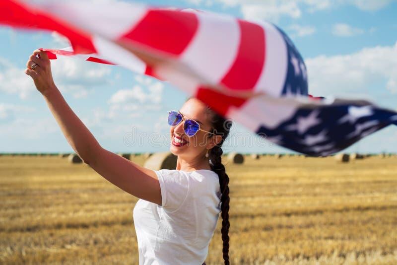 Jeune belle femme tenant le drapeau des Etats-Unis images libres de droits