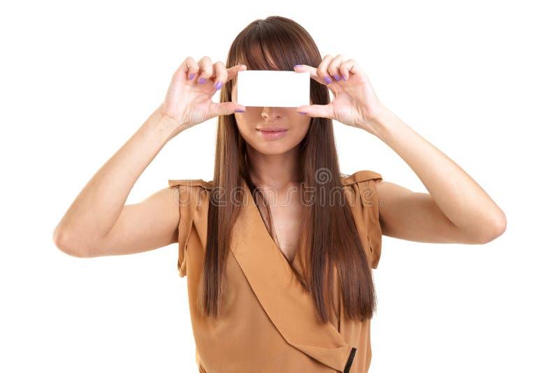Jeune belle femme tenant une carte de visite professionnelle de visite photographie stock libre de droits