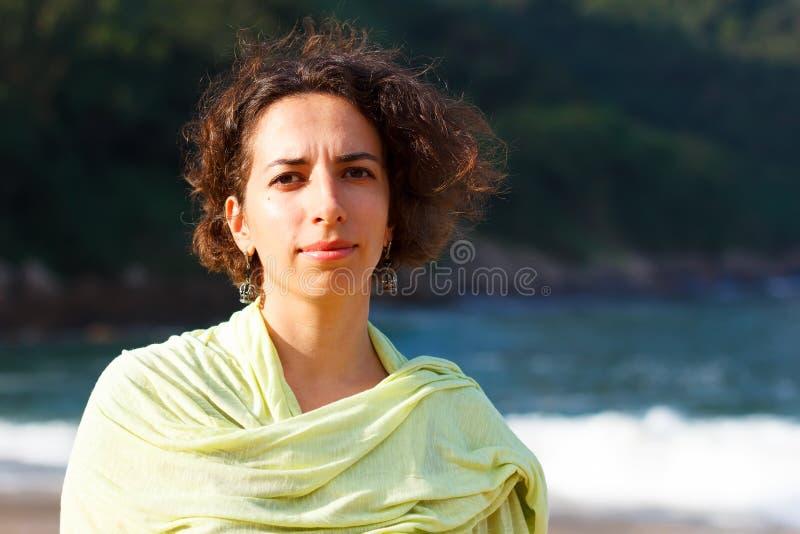 Jeune belle femme triste avec les cheveux bouclés dehors photos stock