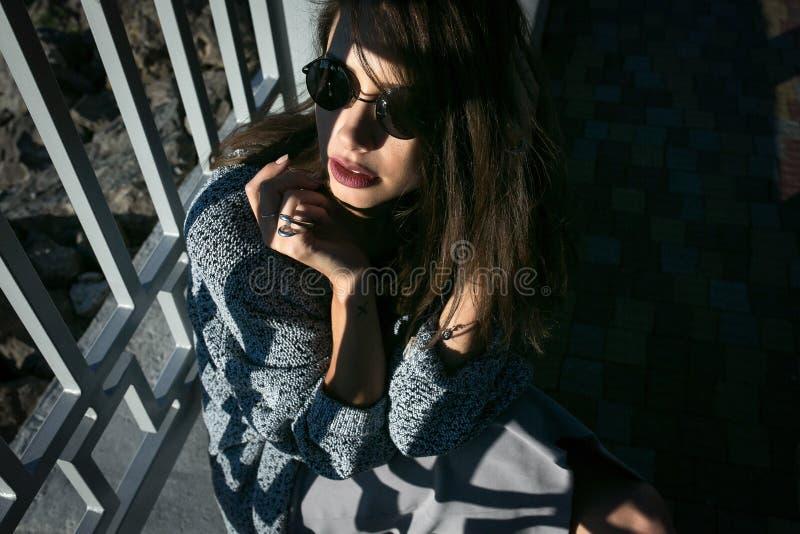 Download Jeune belle fille image stock. Image du renivellement - 76077557