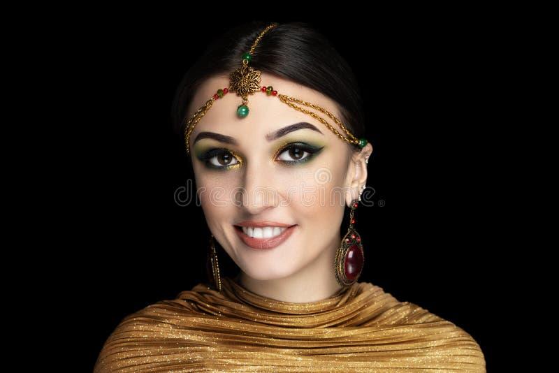 Jeune belle fille, accessoire massif d'or photos stock