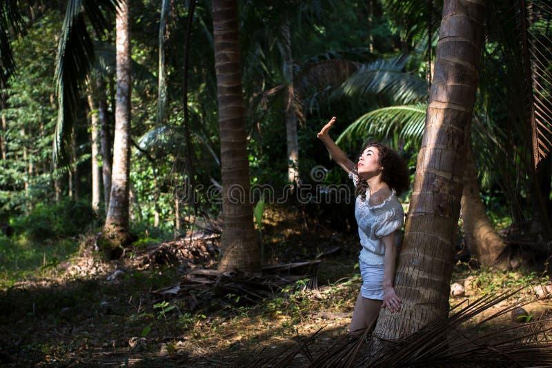 Jeune belle fille asiatique dans une jungle tropicale Marche image stock