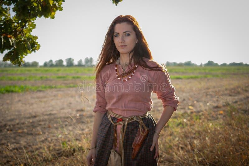 Jeune belle fille aux cheveux longs dans une robe de Viking Age photo libre de droits