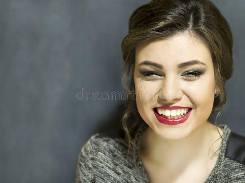 Jeune belle fille avec le maquillage Portrait sur un fond bleu images stock