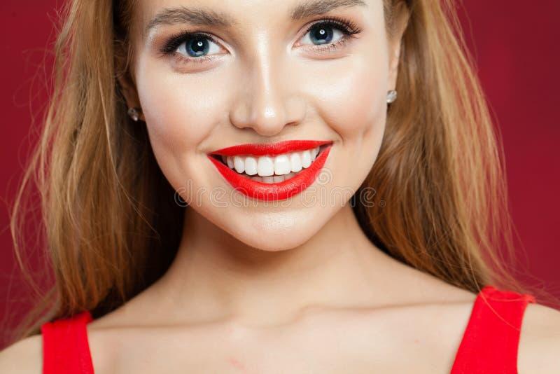 Jeune belle fille avec le plan rapproché mignon de sourire Femme de sourire avec le portrait rouge de maquillage de lèvres images stock