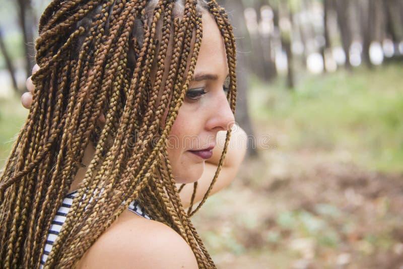 Jeune belle fille avec les cheveux tressés photo stock