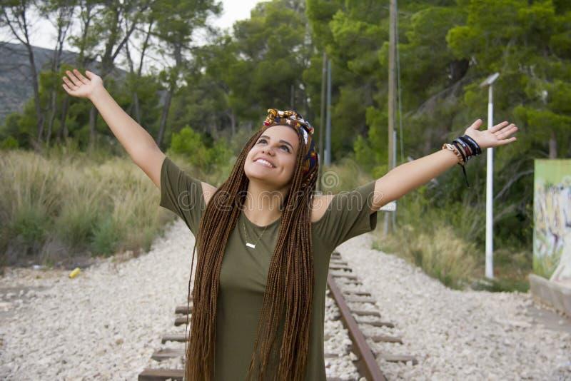 Jeune belle fille avec les cheveux tressés image libre de droits