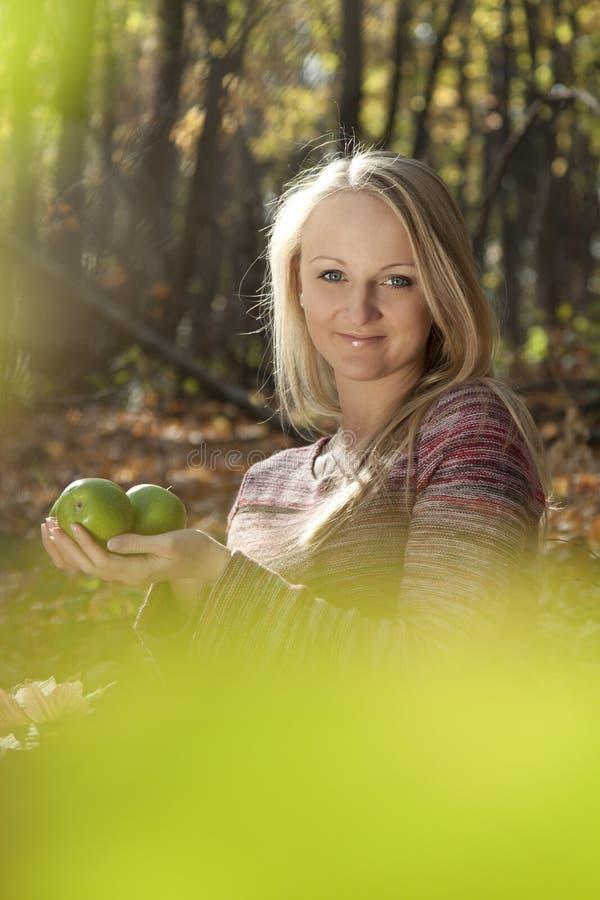 Jeune belle fille avec les pommes. images stock