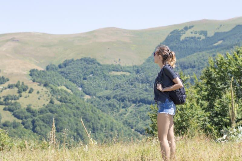 Jeune, belle fille avec un sac à dos sur elle de retour, se tenant sur t images libres de droits