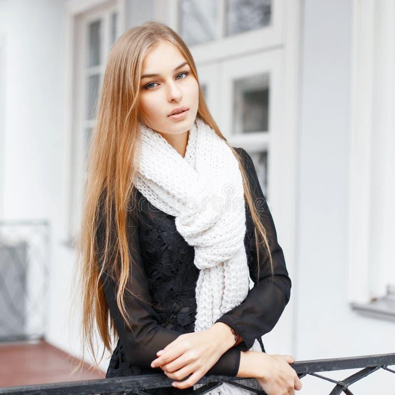Jeune belle fille avec une écharpe tricotée chaude se tenant sur le p photos libres de droits