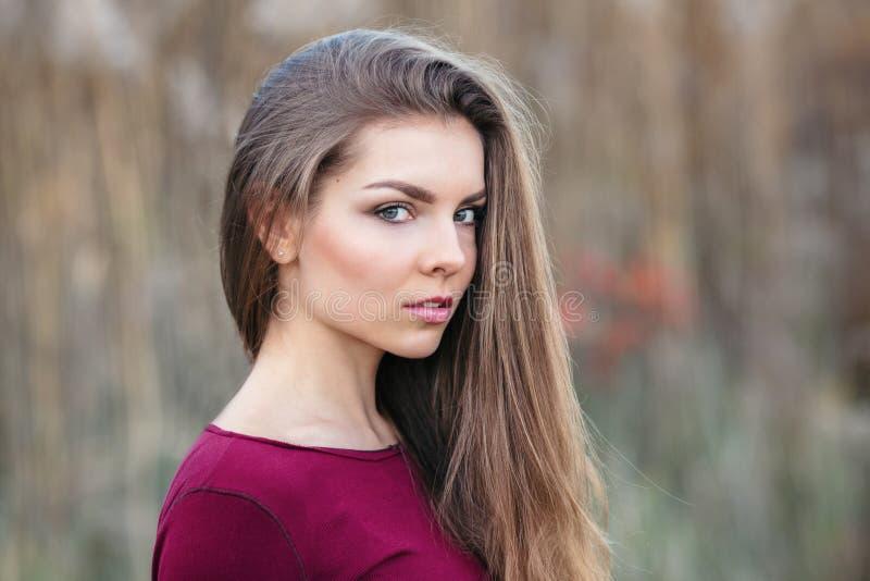 Jeune belle fille blonde caucasienne de femme avec de longs cheveux photos libres de droits