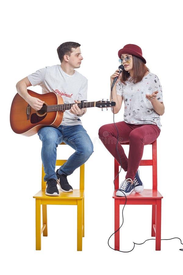 Jeune belle fille chantant avec un joueur de guitare photo libre de droits