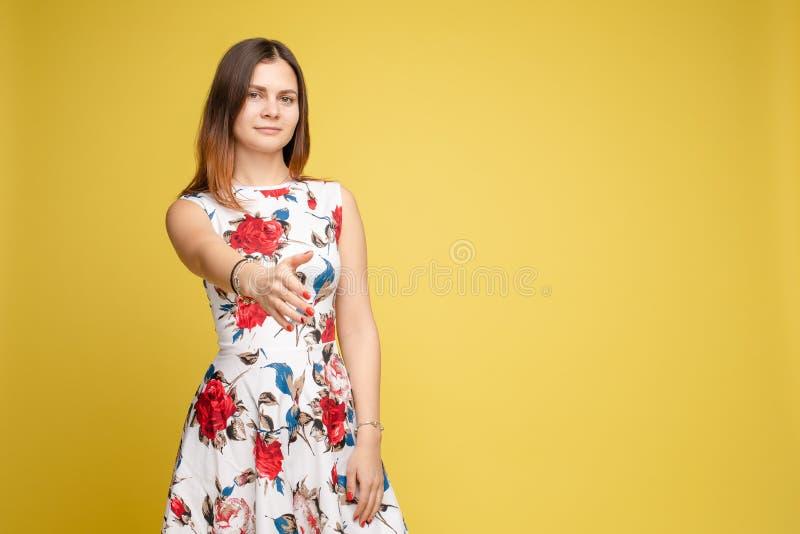 Jeune belle fille dans des vêtements colorés posant à la caméra images libres de droits