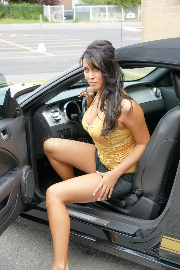 Jeune belle fille dans la voiture convertible image libre de droits