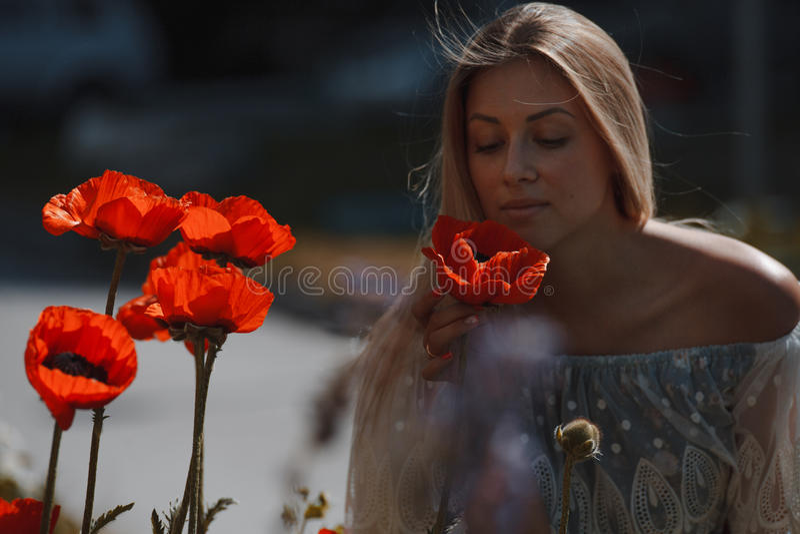 Jeune belle fille dans le domaine de pavot outdoors photo stock