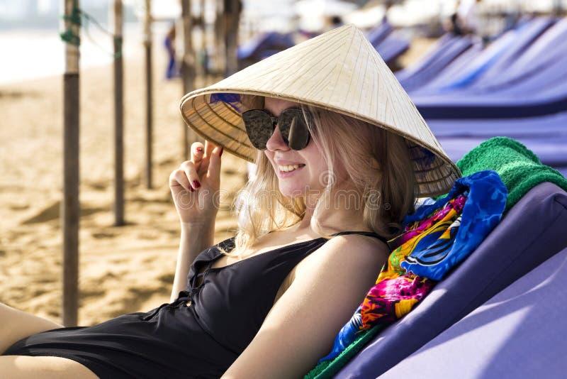 Jeune belle fille dans un chapeau conique asiatique traditionnel photo stock