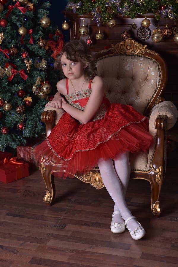 Jeune belle fille dans une robe rouge photo stock