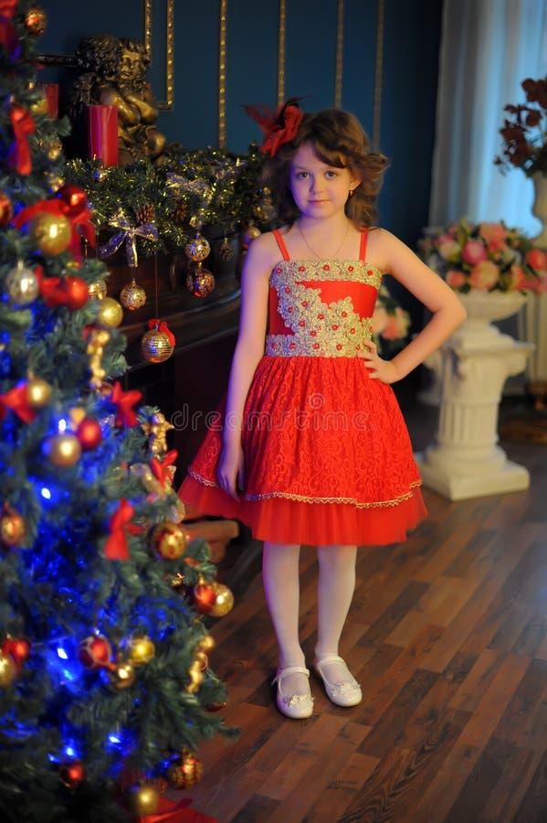 Jeune belle fille dans une robe rouge photographie stock libre de droits