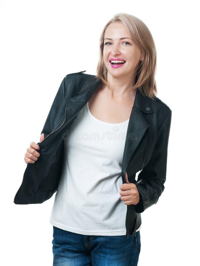 Jeune belle fille dans une veste en cuir d'isolement sur le backg blanc image libre de droits