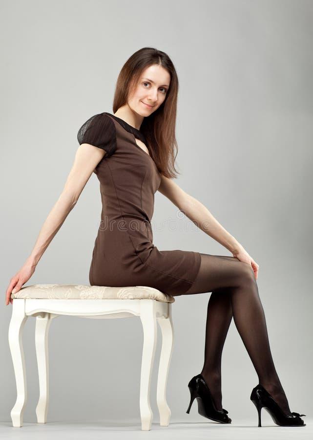 Jeune belle fille de brunette dans la robe image stock