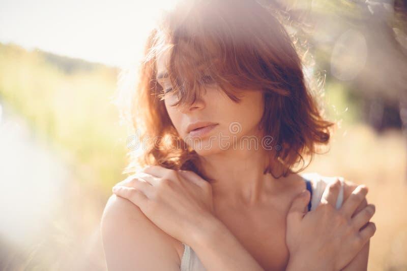Jeune belle fille de femme, plan rapproché, tir principal, concept tendre sensuel naturel de beauté images libres de droits